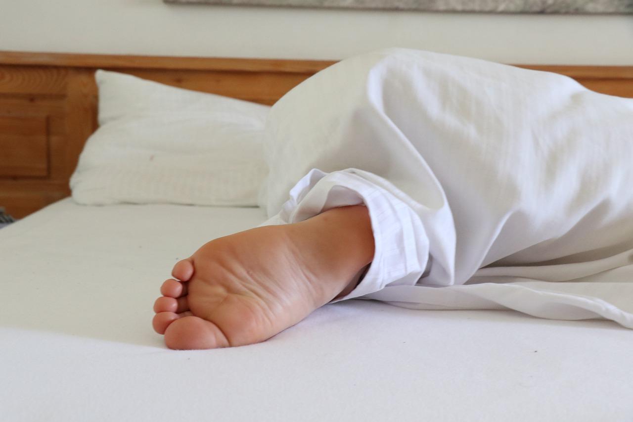 Barefoot Foot Sleep Bed Sleeping  - lenahelfinger / Pixabay